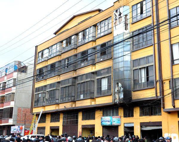 Polic a detiene a dos funcionarios ediles el alto for Grupo vips oficinas centrales